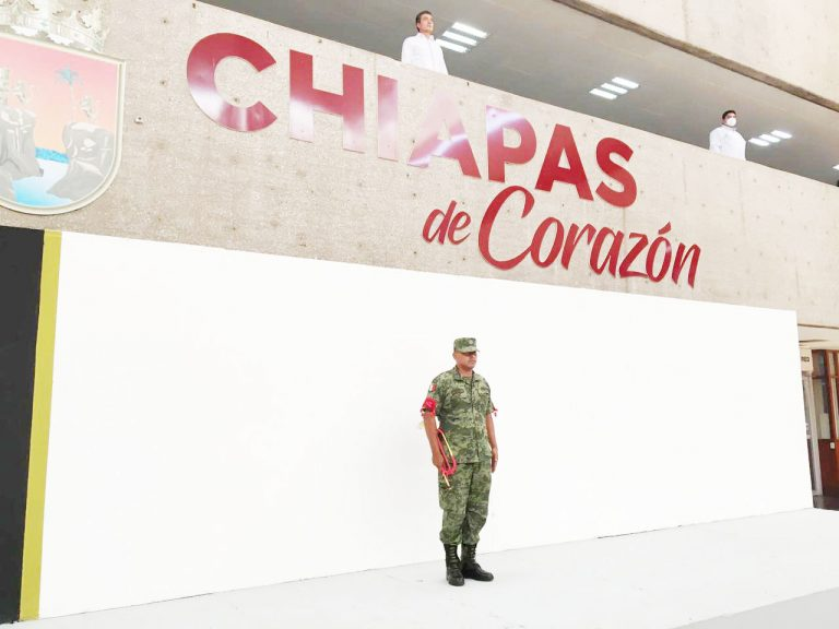 El ejército mexicano ejecuta el toque de silencio