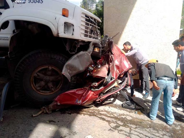 Camionazo en Oxchúc deja tres muertos y doce heridos graves